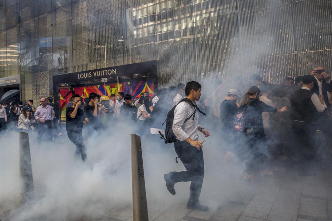2019年11月11日,網民發起全港「大三罷」行動,其中警方以催淚彈驅散中環集結的市民。