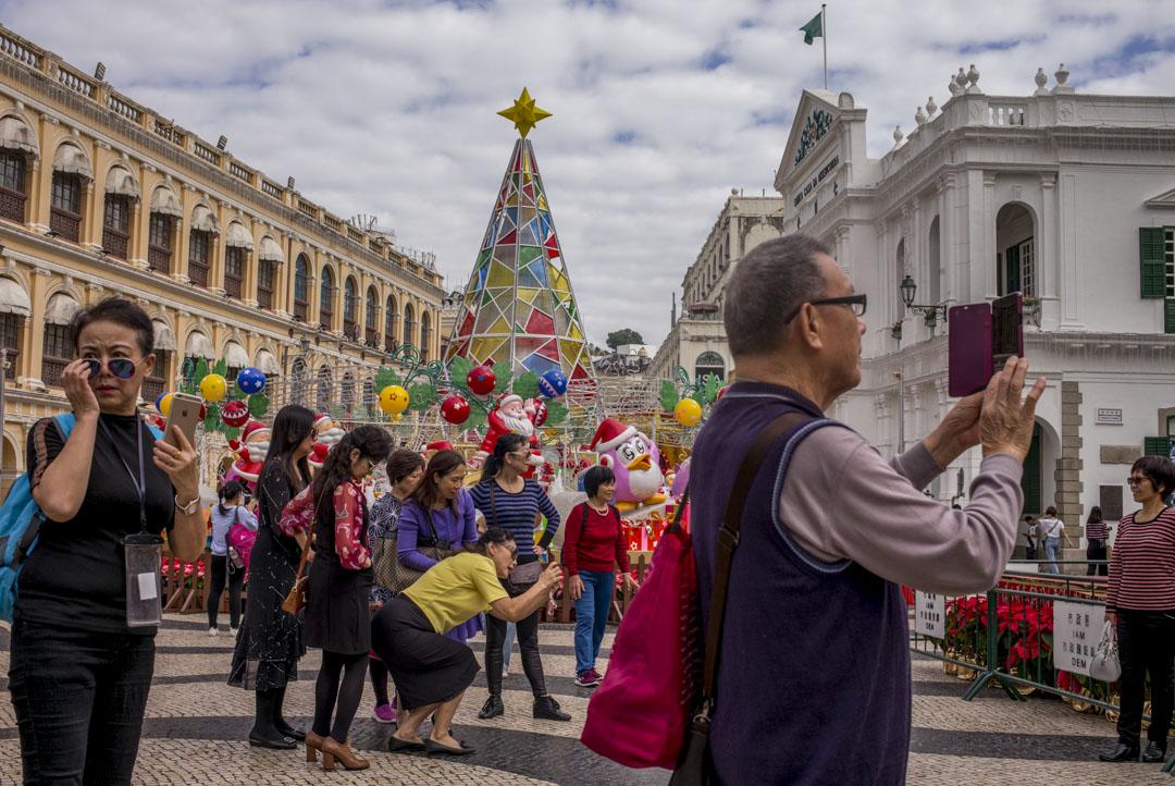 2019年12月18日,中國內地的旅客在慶祝澳門回歸20周年的裝飾前拍照。