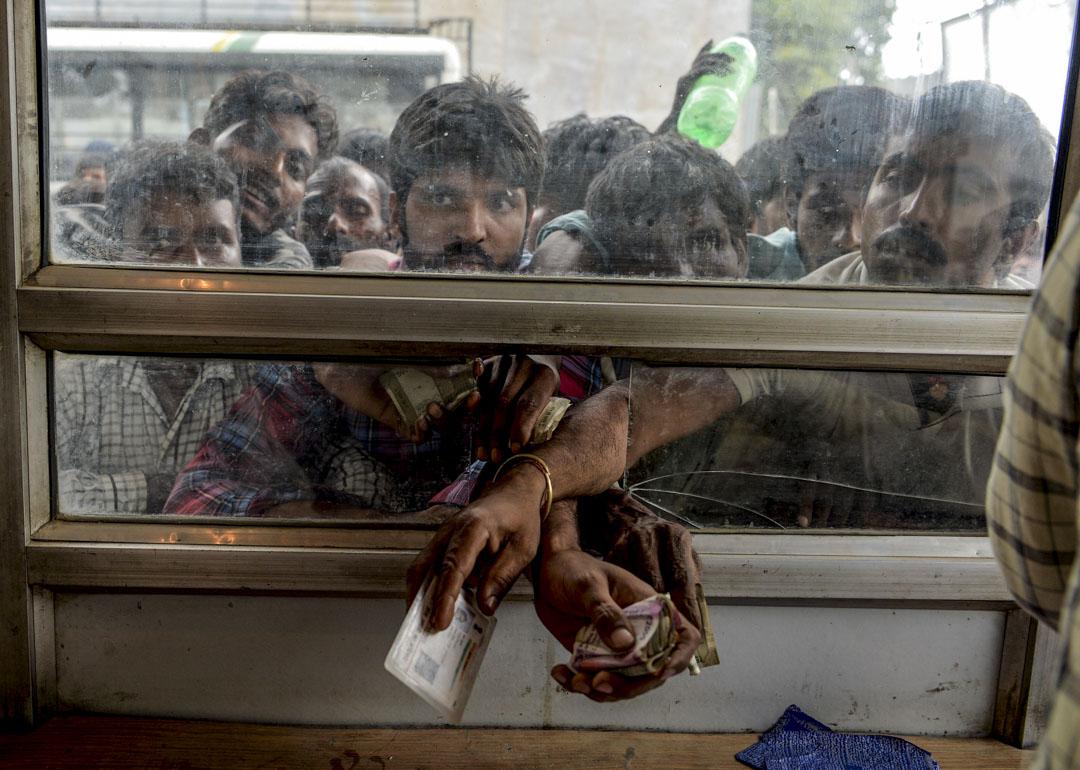 2019年8月7日,克什米爾區內局勢加劇,來自印度各地在當地工作的工人趕到櫃檯購買巴士票打算離開。