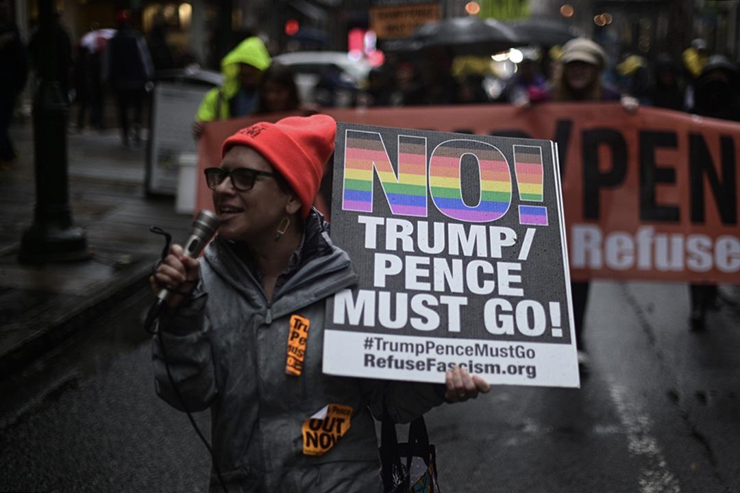 2019年12月14日,示威者抗議美國總統特朗普,當他於賓夕法尼亞州觀看年度陸軍與海軍足球比賽。
