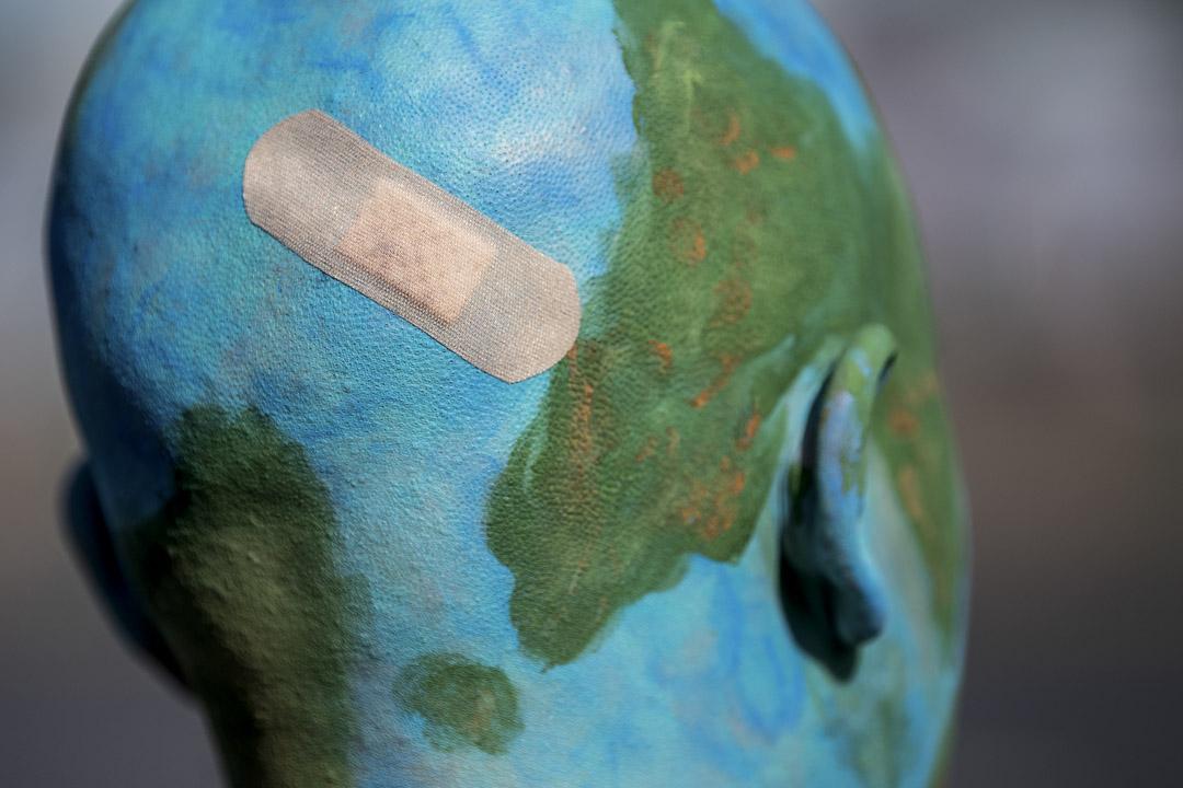 2019年9月20日聯合國氣候行動峰會舉行前,德國斯圖加特,一名示威者在「未來星期五」的抗議活動上將自己的腦袋裝扮成了地球的模樣。受瑞典氣候活動家格蕾塔的啟發而發起的該全球氣候罷課系列活動旨在要求國際社會採取行動應對氣候變遷。