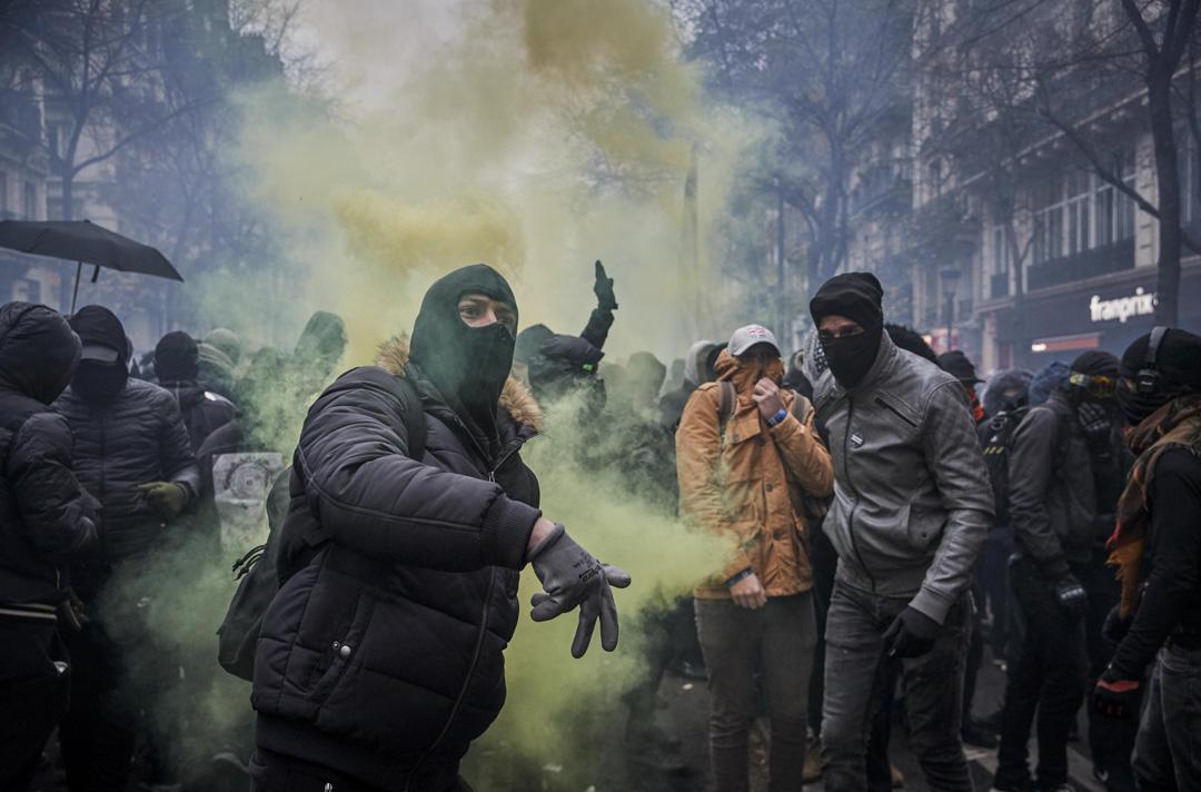 2019年12月5日,法國巴黎,示威者向防暴警投擲石頭。