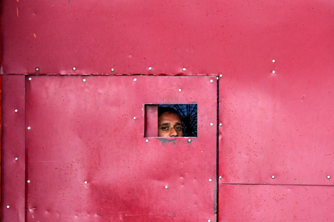 2019年8月19日,一名工人在克什米爾一所關閉中的學校內。 攝:Unit Parajpe/AFP via Getty Images