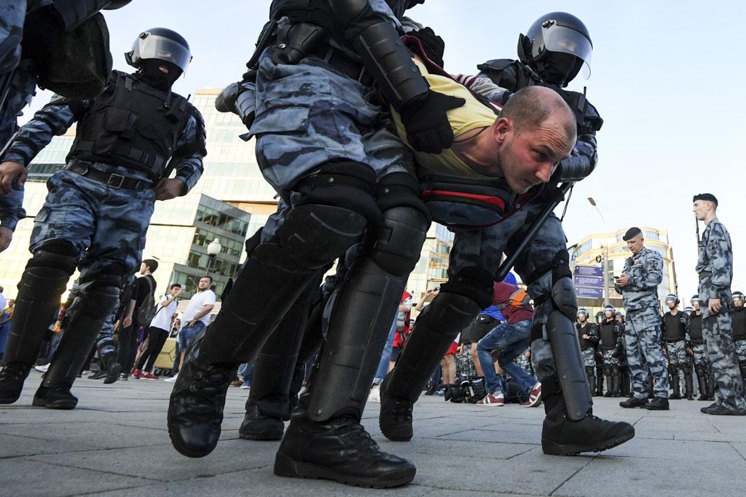 2019年7月27日,俄羅斯莫斯科特魯布納亞廣場,在一場未經批准的要求政府允許反對派的獨立候選人在9月舉行的地方選舉中競選公職的集會上, 防暴警察拘捕並帶走了一名示威者。