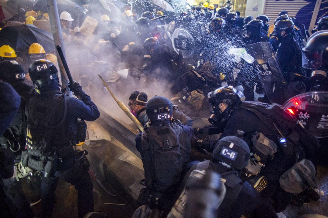 2019年7月28日,上環衝突中,警察速龍小隊突擊拘捕示威者。