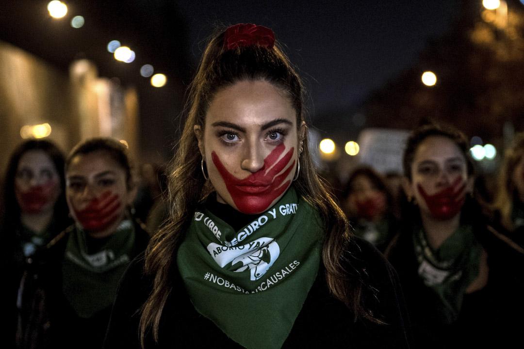 2019年7月25日,智利聖地亞哥,示威者遊行支持女性自由墮胎的權利。新上任的右翼總統皮涅拉強烈反對對墮胎法案進一步改革,此前的法案允許女性在懷孕十二週內在婦女生命受到危險、胎兒無法存活及遭受強姦的情況下墮胎,除此之外墮胎被視為刑事犯罪。