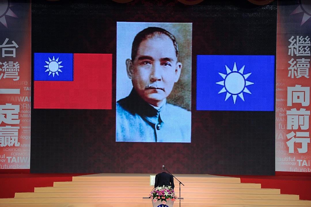 2011年7月2日, 國民黨主席總統馬英九在台中市舉行的國民黨第18次黨代表大會上向國民黨創始人孫中山致意。