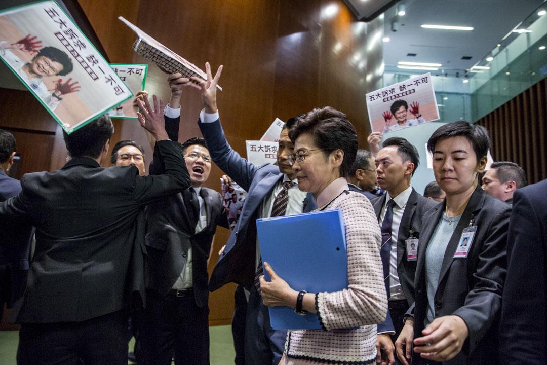 2019年10月16日,香港特首林鄭月娥進入立法會會議廳發表施政報告,民主派議員在門外抗議。 攝:林振東/端傳媒