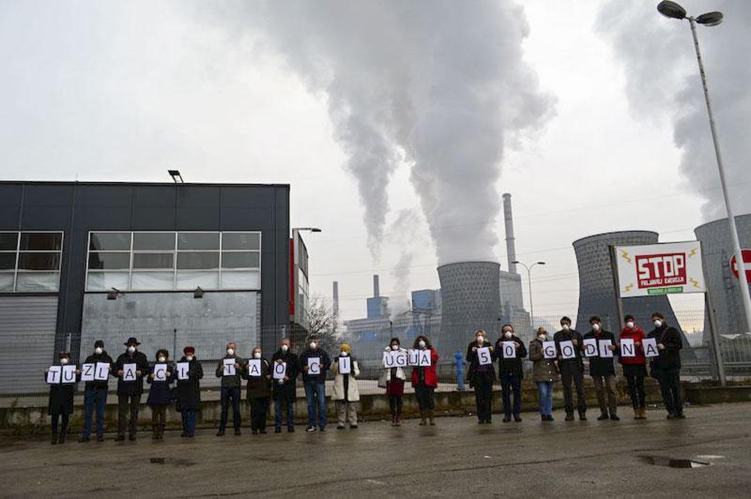 圖茲拉的當地居民抗議電廠的污染。