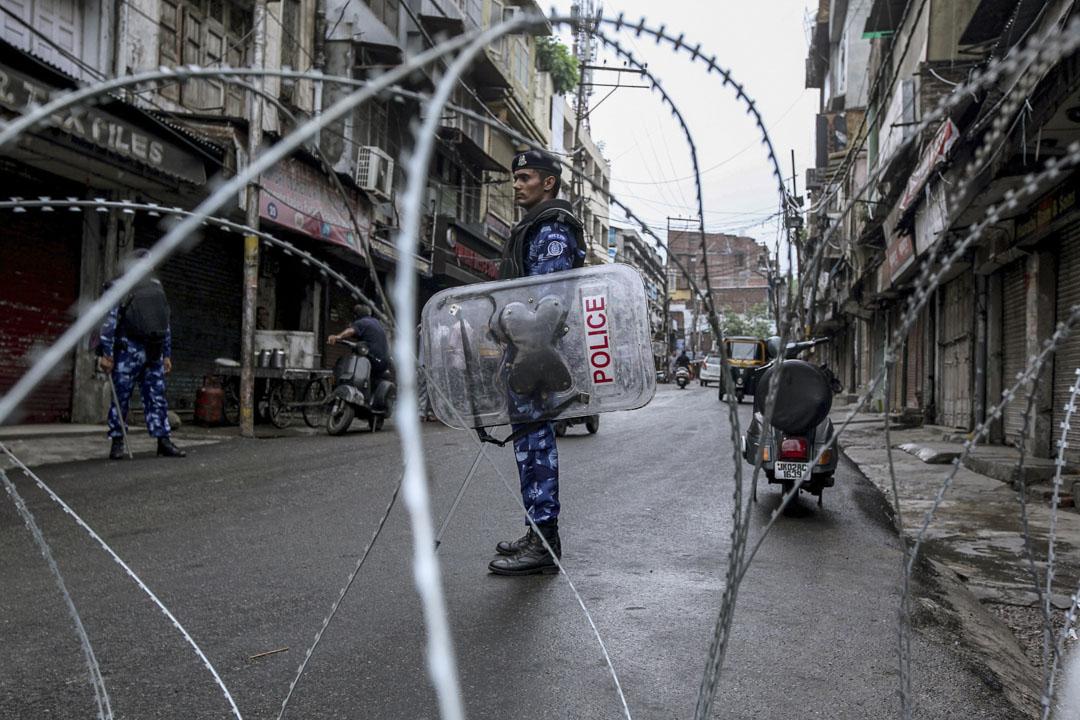 2019年8月9日,印度安全人員在克什米爾設路障上戒備。莫迪領導的人民黨政府於8月5日宣布廢除憲法第370條,取消了查謨-克什米爾邦65年來的特殊地位。