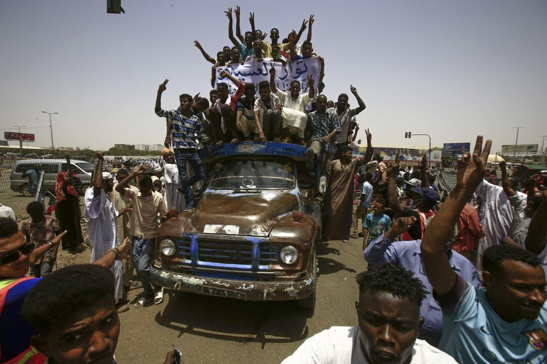 2019年4月27日,蘇丹總統巴希爾下台後,示威者聚集在首都喀土穆的軍事總部前,要求軍政府實回應民間的訴求。