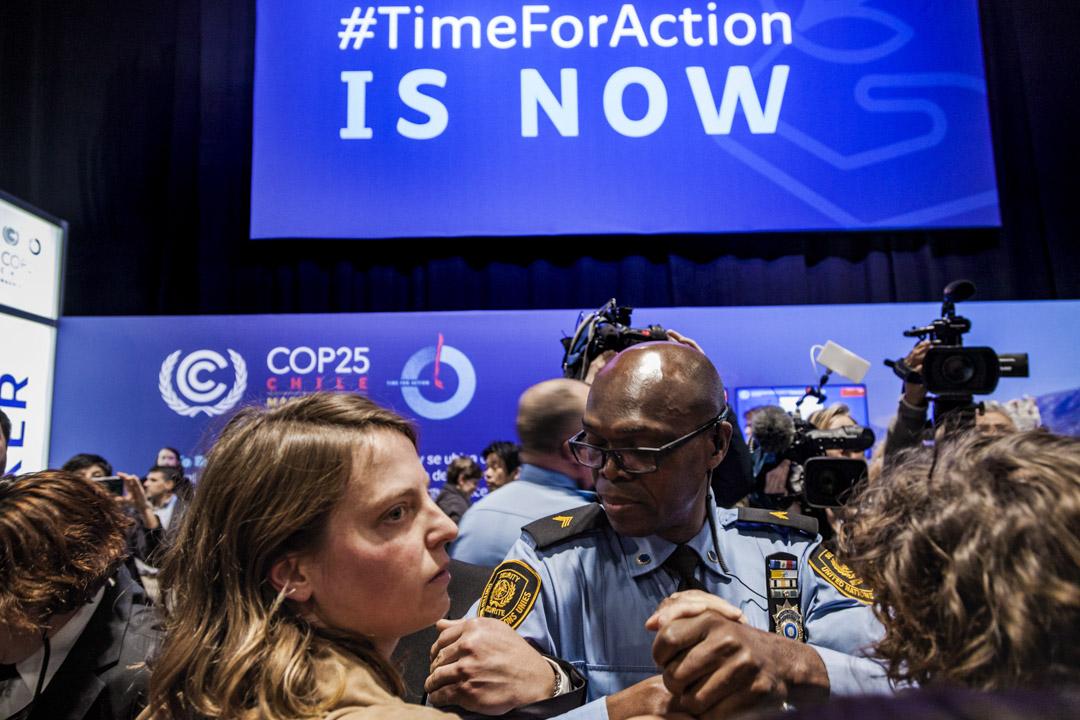 2019年12月11日,COP25峰會上,有示威者在活動大廳入口處的抗議被警察帶走。