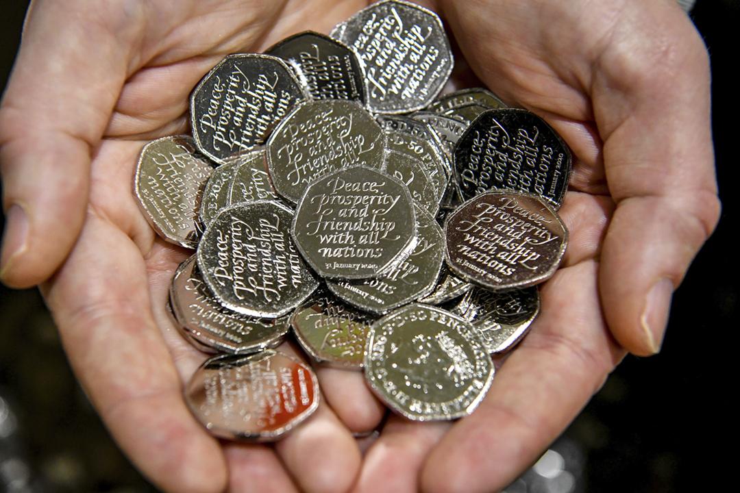 為紀念英國以歐盟成員國身份與歐洲盟友攜手近半個世紀,英國財政部將於脫歐當天推出300萬個全新設計的50便士紀念幣。 攝:Ben Birchall / PA Images via Getty Images