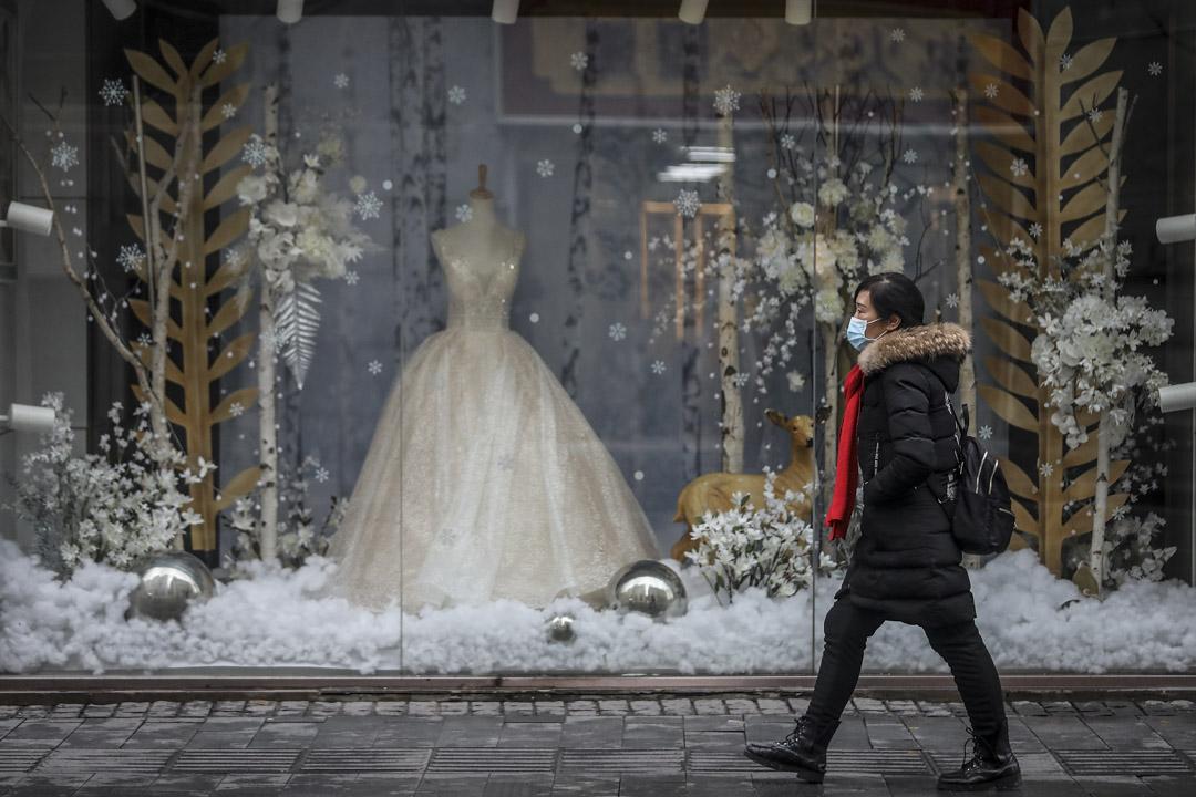 2020年1月22日,武漢街頭上的市民戴上口罩。