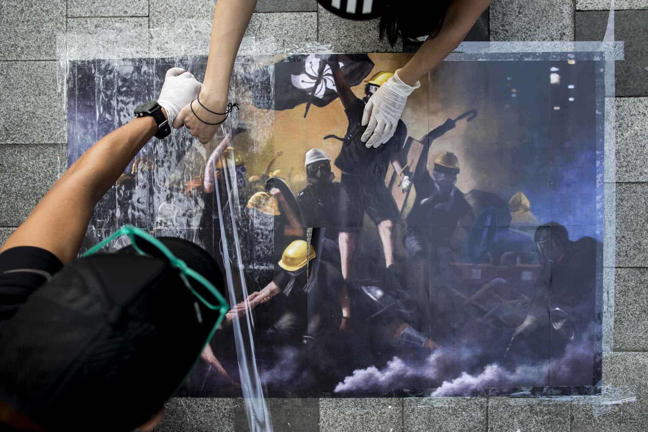 2019年9月28日,網民發起「連儂之路」活動,在港島多處張貼反修例運動文宣。 攝:林振東/端傳媒