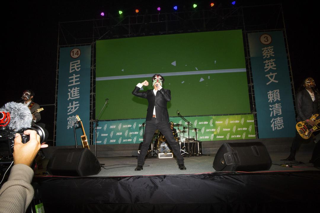 2020年1月7日,蔡英文嘉義的造勢晚會,一名台上的表演者在歌唱。
