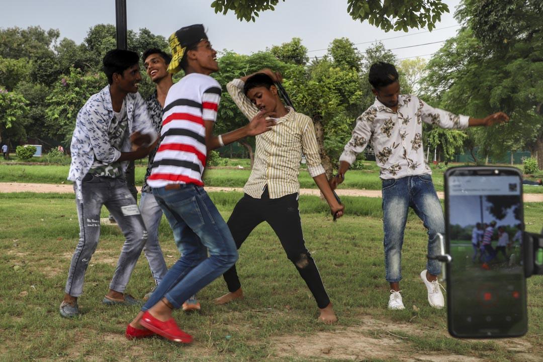 2019年8月4日,印度新德里的一個公園,五名男孩為TIKTOK製作視頻。
