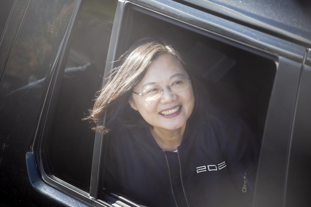 2020年1月6日,蔡英文出席台南的競選宣傳活動,望向車外的群眾。 攝:陳焯煇/端傳媒