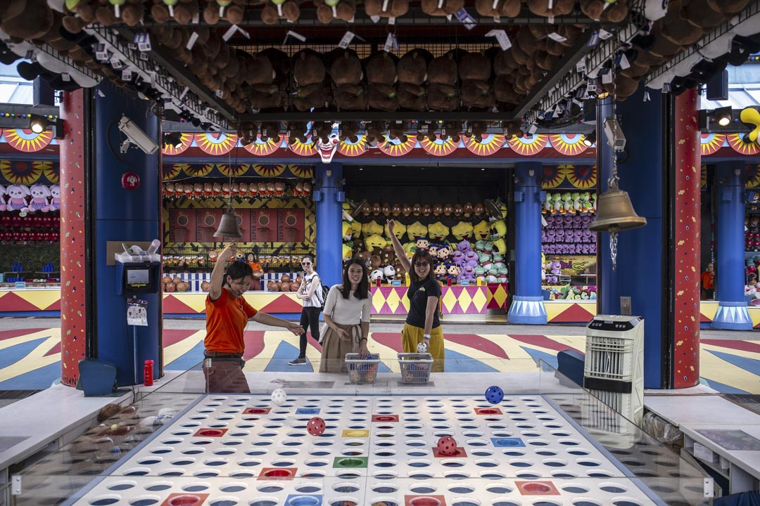 2019年9月27日,旅客在香港海洋公園內玩拋球遊戲。 攝:Chan Long Hei/Bloomberg via Getty Images