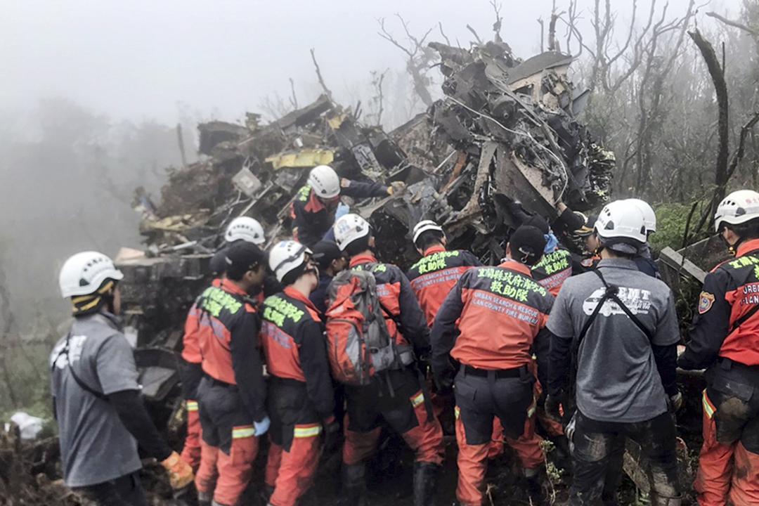 2020年1月2日,台灣國防部一架黑鷹直昇機墜毁,一批救援人員在場搜救。 圖片來源:宜蘭消防局