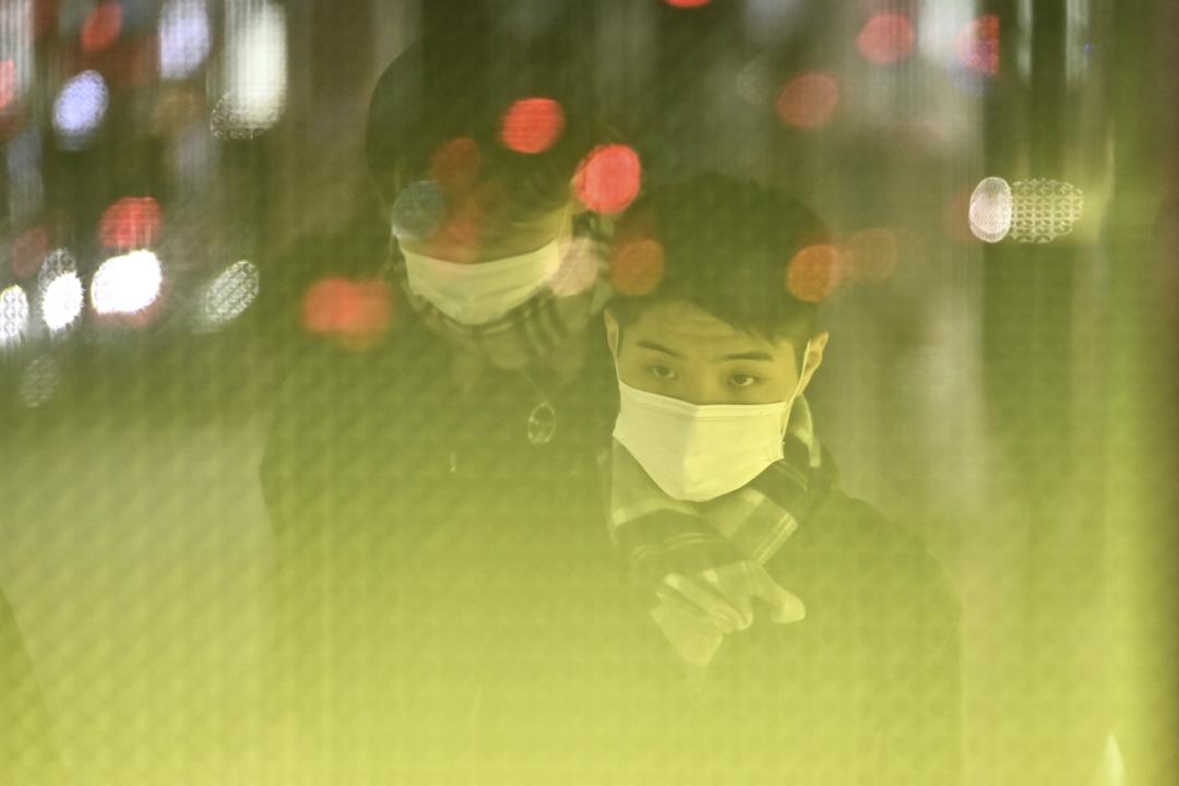 2020年1月26日,東京銀座地區不少行人都戴著防護口罩,以防止病毒蔓延。 攝:Charly Triballeau/AFP via Getty Images