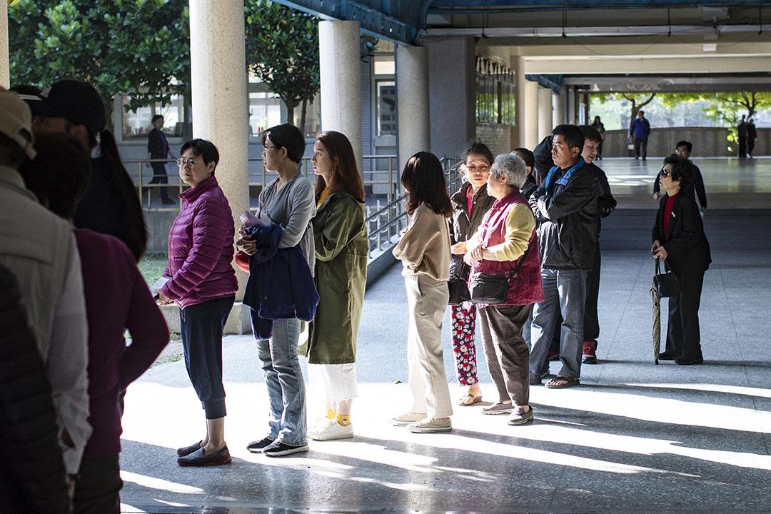 2020年1月11日,市民在永和區的學校內排隊投票。