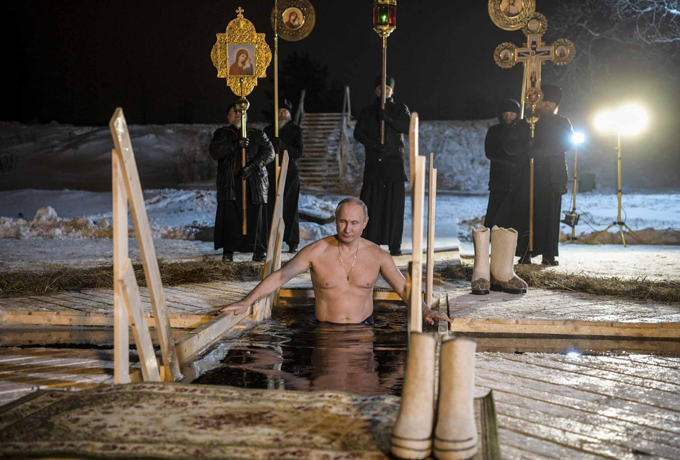 2018年1月19日,普京在俄羅斯Tver 地區慶祝主教節,浸在冷水中。  攝:Alexey Nikolsky/AFP/Getty Images