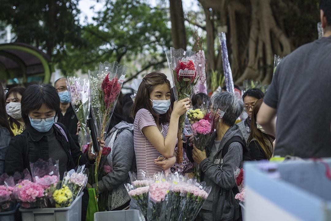 2020年1月24日,市民在太子花市上買花。