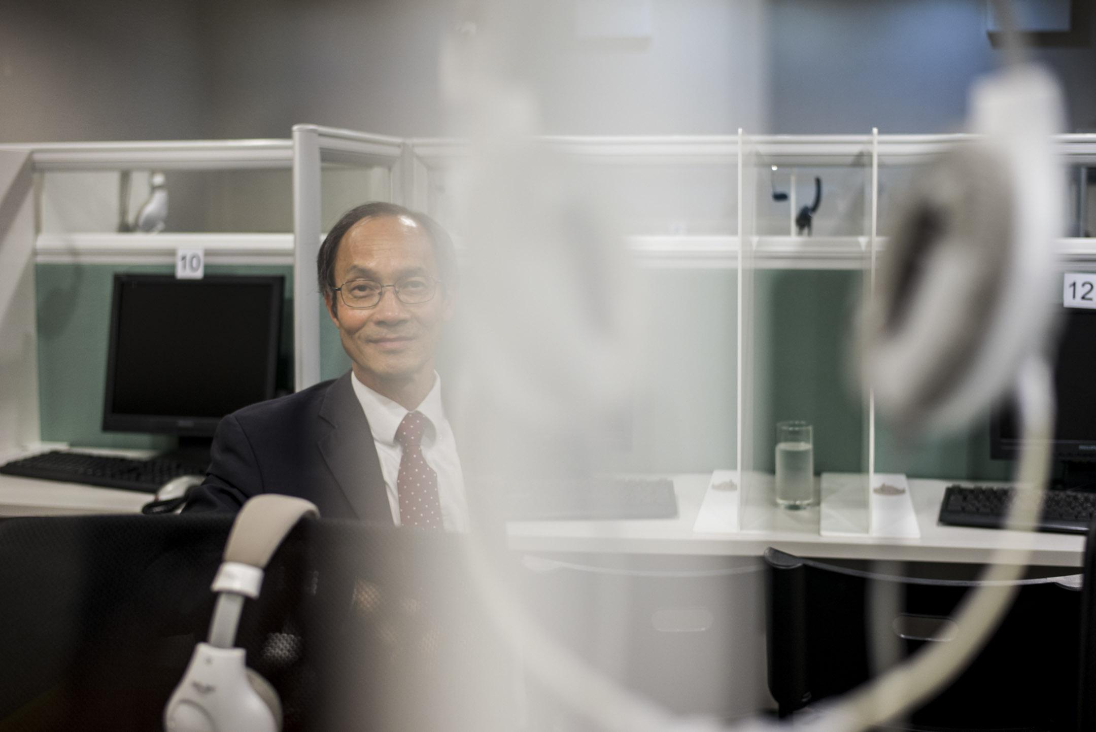 2019年12月23日,鍾庭耀在新成立的「香港民意研究所」辦公室。 攝:林振東/端傳媒