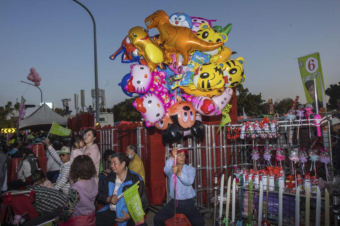 2020年1月5日,蔡英文在台南的造勢晚會,一個賣氣球的人。
