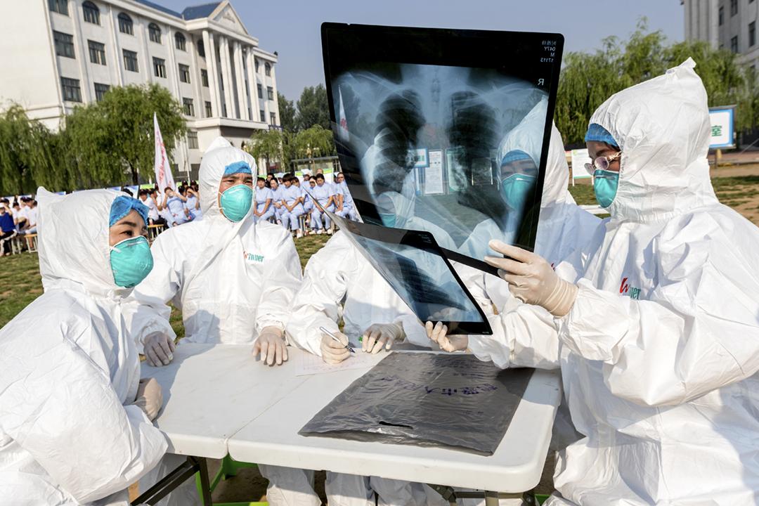 2017年6月17日在中國河南省鶴壁市,醫護人員正進行演習,模擬應對 H7N9 禽流感疫情。 圖片來源:Feature China / Barcroft Media via Getty Images