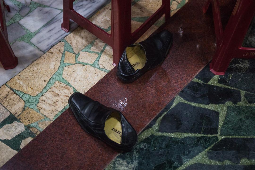 2019年12月30日,總統蔡英文到淡水沙崙保安廟參拜,廟內有人脫下皮鞋站上椅子上拍照。