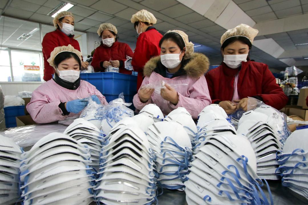 2020年1月22日,河北省邯鄲一家口罩工廠,工人正在包裝口罩。
