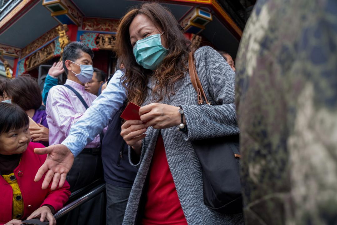 2020年1月25日,台北,一名戴口罩的女士從蔡英文手上拿到紅包。 攝:Walid Berrazeg/SOPA Images/LightRocket via Getty Images