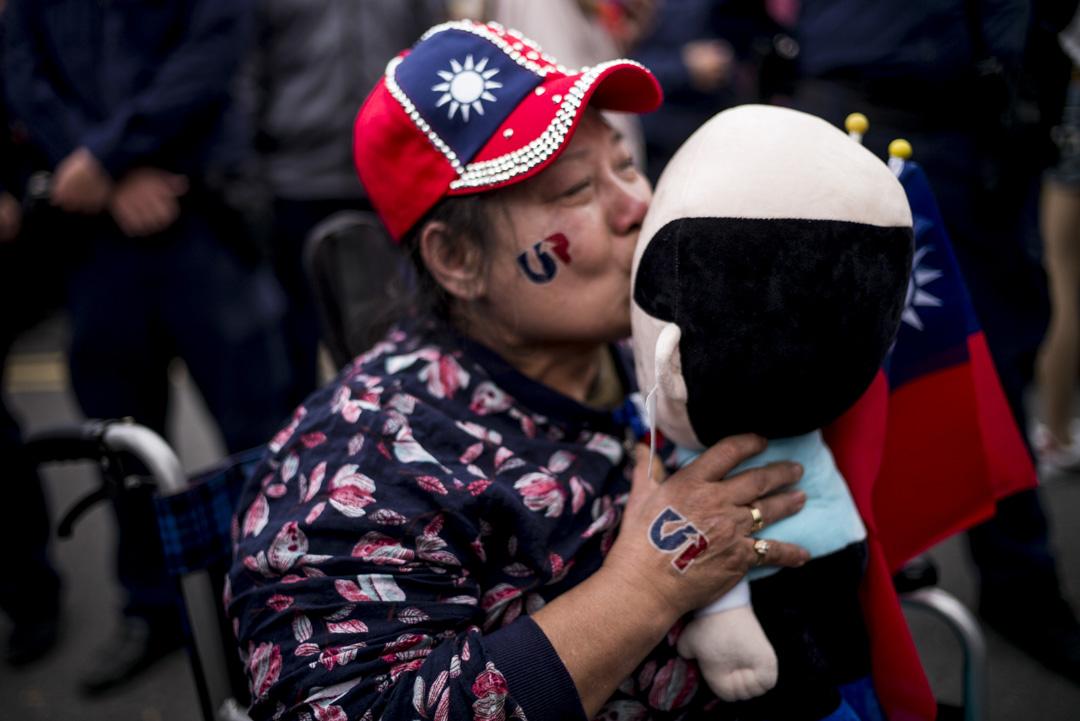 2020年1月7日,宜蘭的韓國瑜造勢大會,一名女粉絲親吻韓國瑜的公仔。