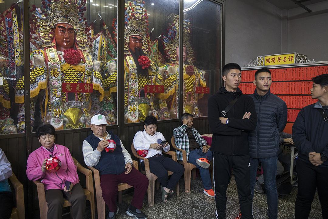 2019年12月11日,賴清德進廟期間,市民在看著民進黨宣傳品。
