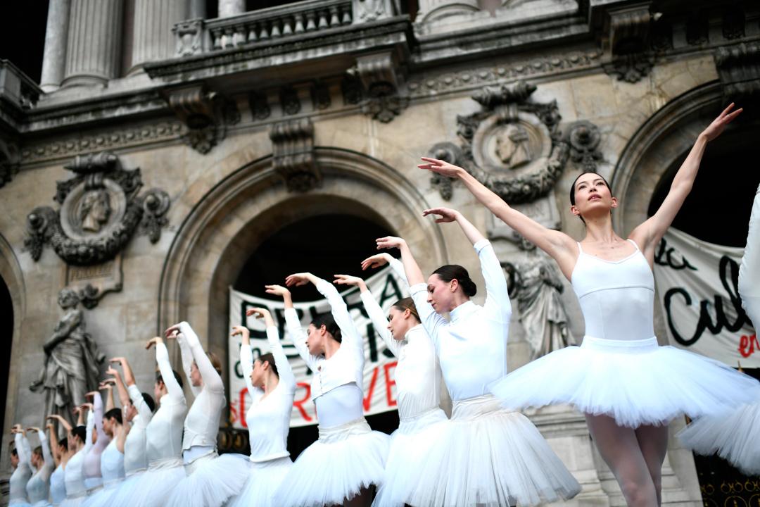2019年12月24日,巴黎歌劇院的舞蹈團參與罷工,並在劇院門前表演。
