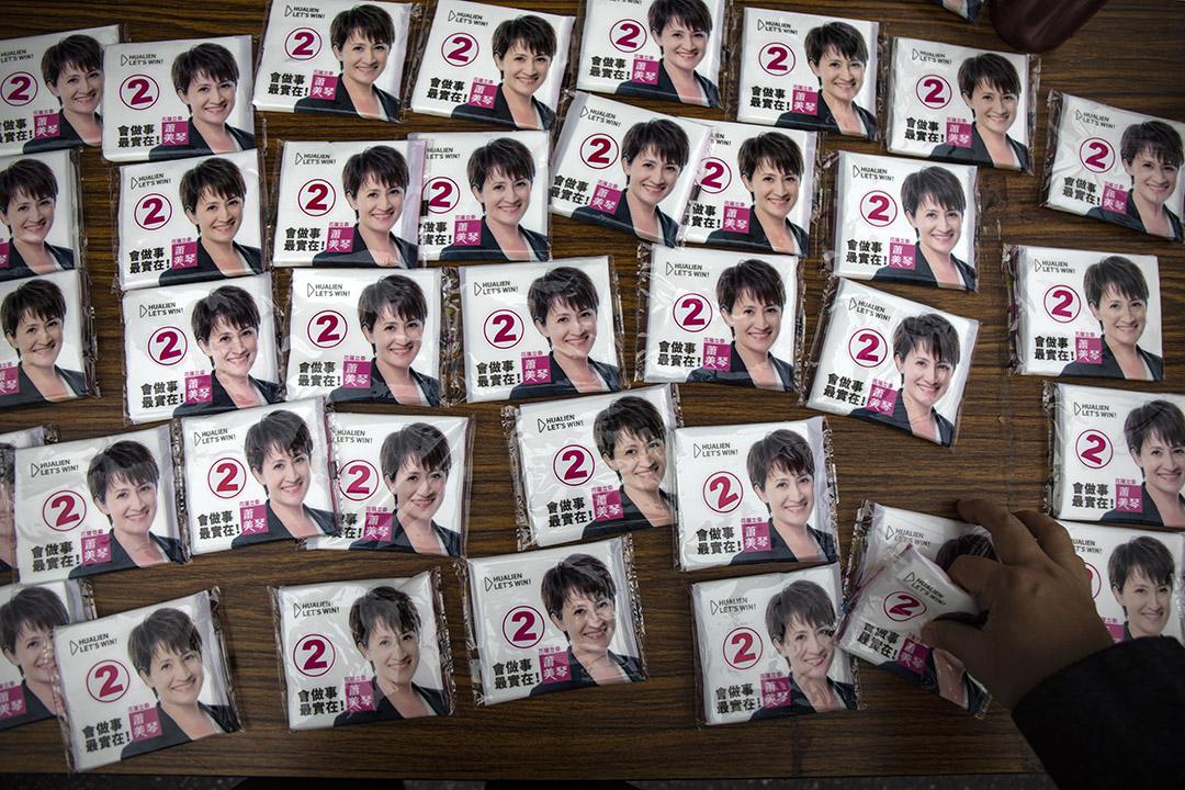 2019年12月29日花蓮,民進黨於花蓮的造勢活動中派發紙巾。