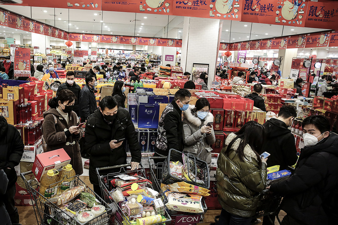 2020年1月23日武漢,居民戴口罩在超級市場購物。