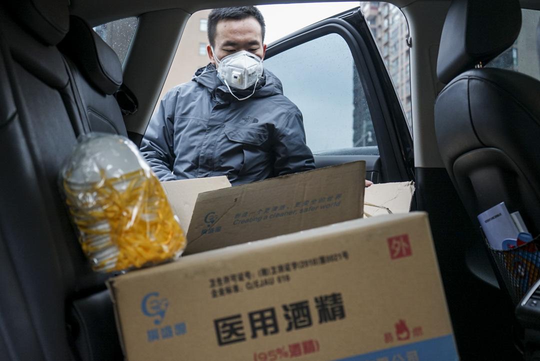 2020年1月26日,車隊志願者向司機發放免費酒精用於消毒。