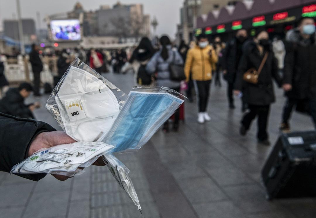 2020年1月22日,北京街頭上,商人正在嘗試售賣口罩予旅客。