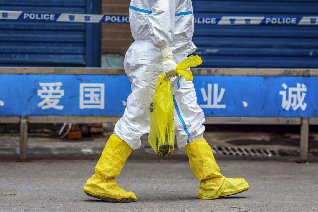 2020年1月27日,一名消毒工人在武漢華南海鮮市場。