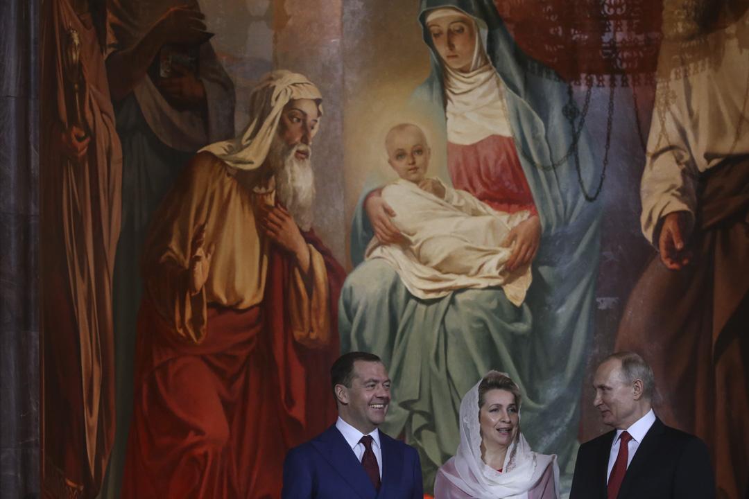 2018年4月8日,俄羅斯總統普京與總理梅德韋傑夫及其妻子梅德韋傑娃在莫斯科基督救世主大教堂舉行的東正教復活節儀式上。