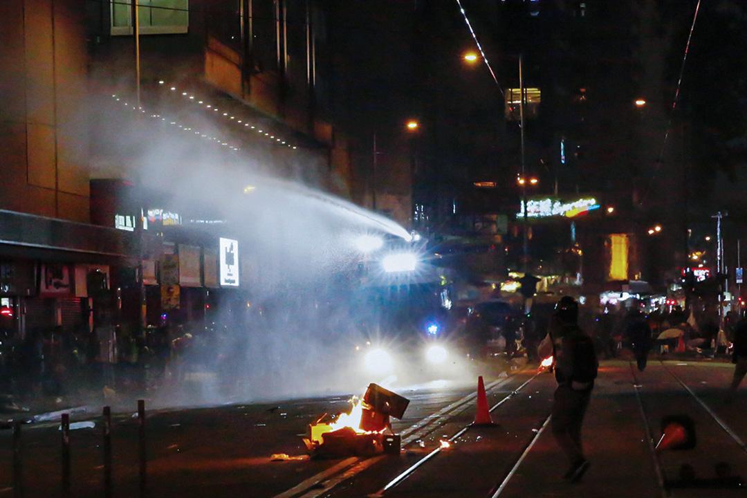 2020年1月1日,示威者在灣仔,警方出動水炮車。