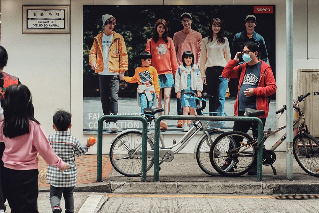 2020年1月22日,市民在澳門街口戴上口罩。