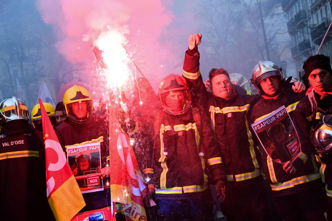 2019年12月17日,法國巴黎的消防員參與反對退休改革全國罷工。