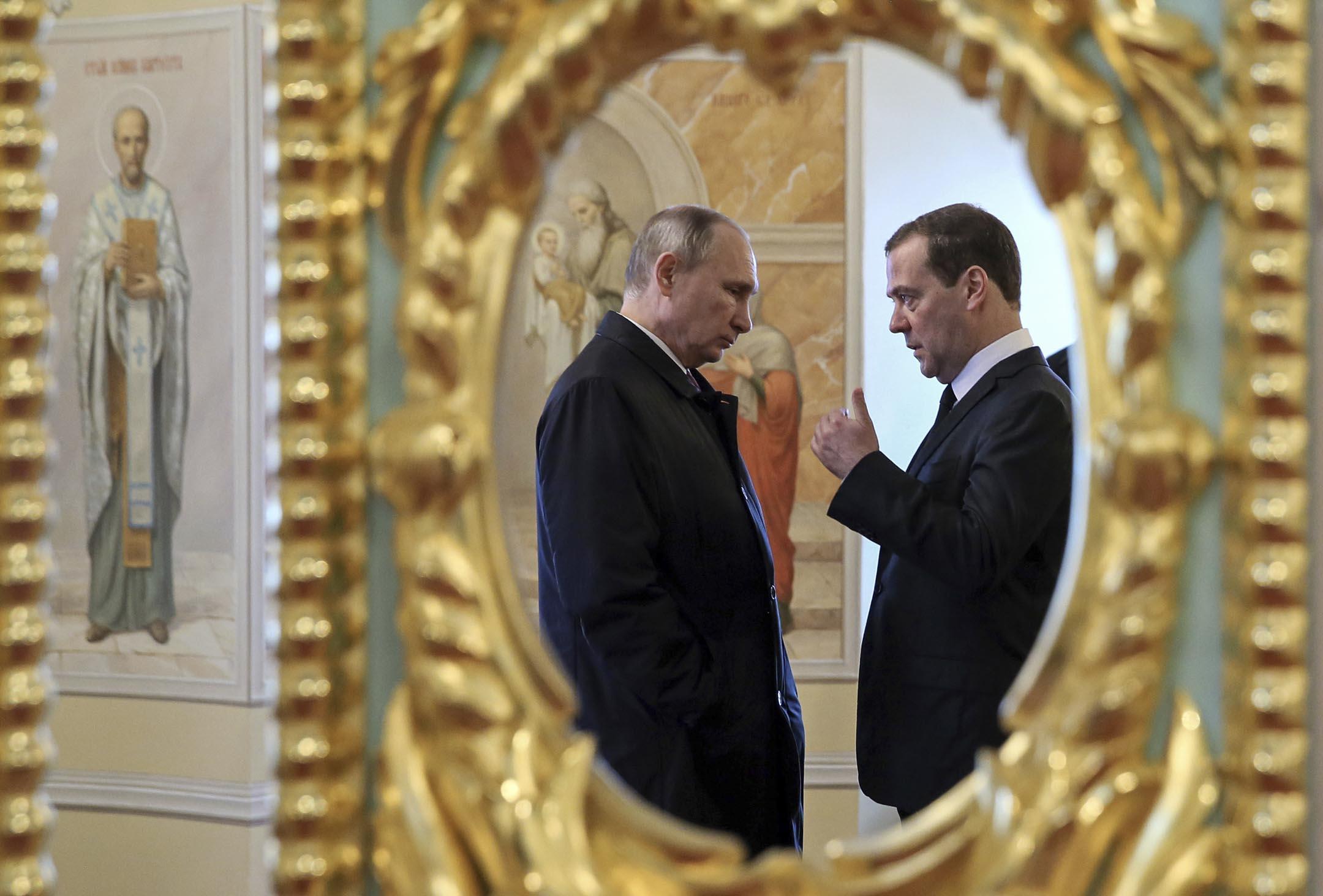 2017年11月15日,俄羅斯總統普京和總理梅德韋傑夫參觀位於莫斯科外約70公里的一間東正教修道院。 攝:Yekaterina Shtukina/AFP via Getty Images
