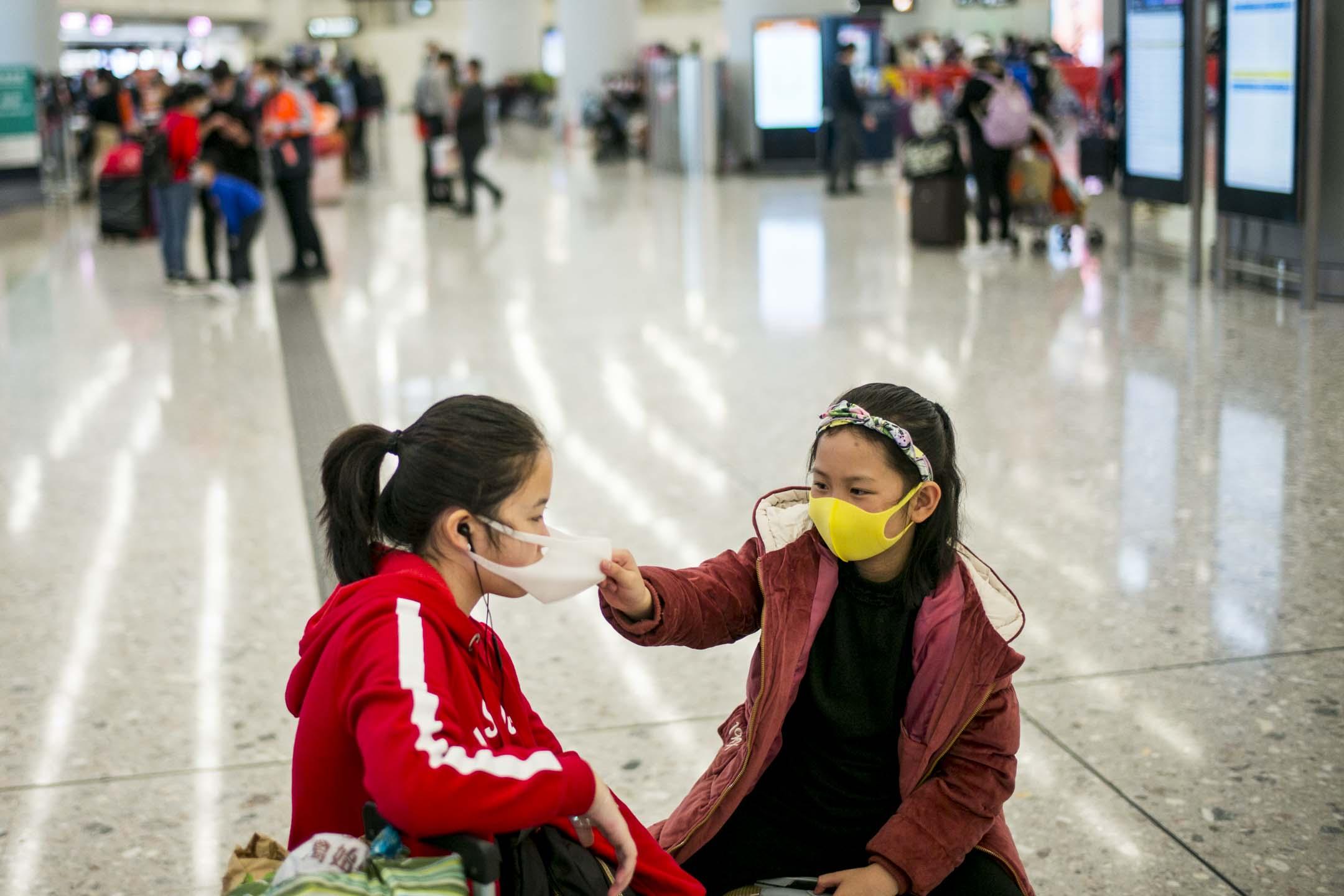 2020年1月22日,因為中國大陸新型冠狀病毒感染的肺炎開始有蔓延趨勢,香港高鐵西九龍站的不少旅客也已戴上口罩。 攝:林振東/端傳媒