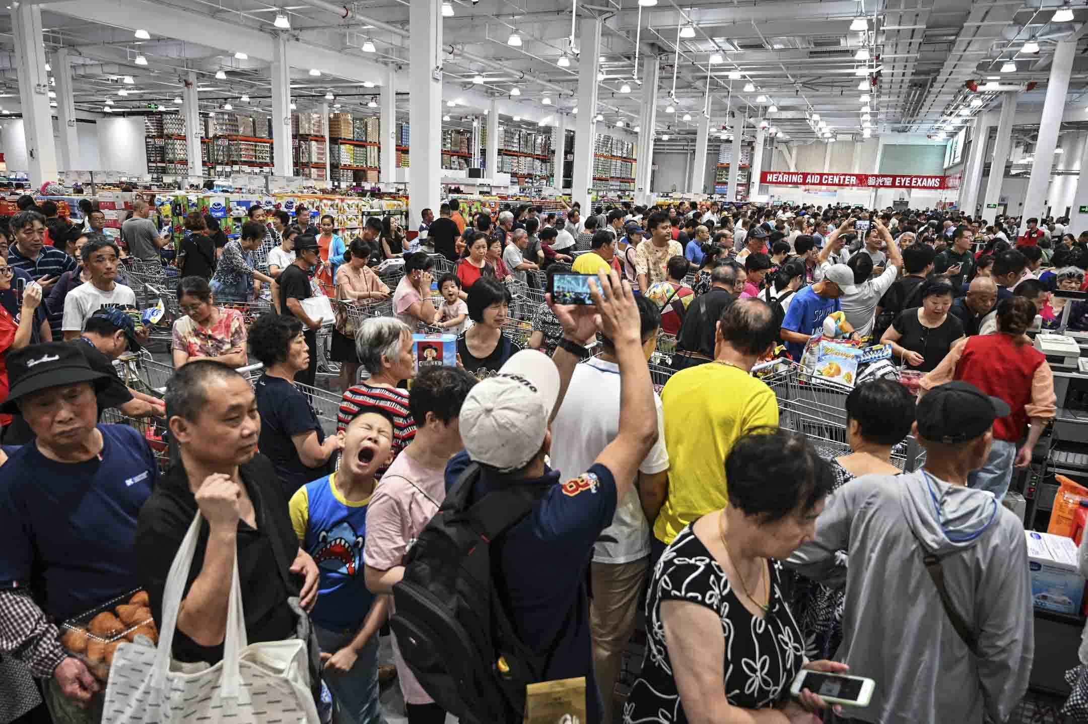 2019年8月27日,中國第一家Costco商店在上海開業,大量顧客到訪購物。 攝:Hector Retamal/AFP via Getty Images
