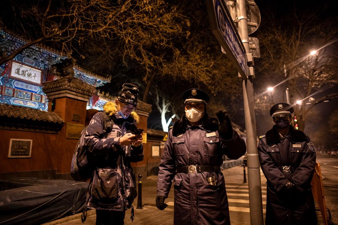 2020年1月25日,北京雍和宮前有警察戴著防護口罩。